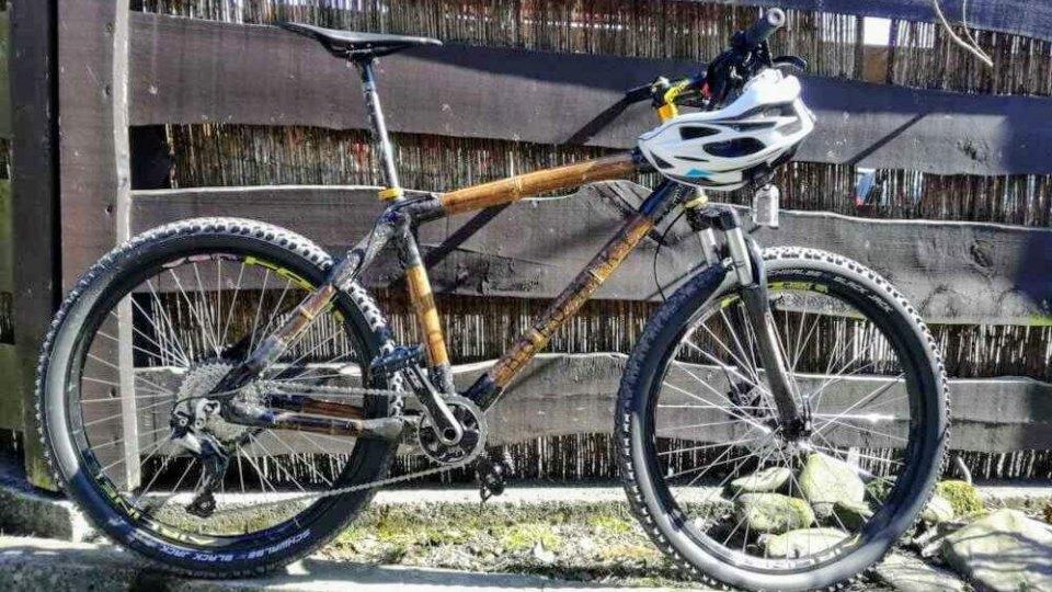 test roweru z bambusa rower z bambusa kask płot deski