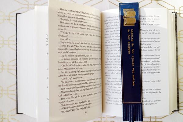 Bokmärke med fransar och text