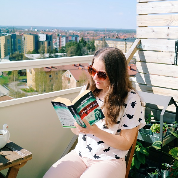 Läsa på balkongen