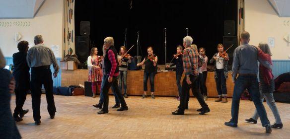 170422 Ungdomskursen spelar till dans