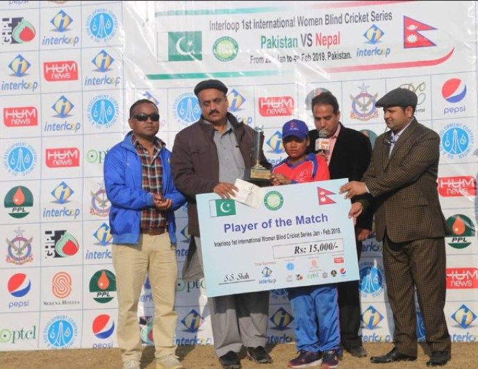 Nepal's Mankisi receiving 'Player of the Match' award