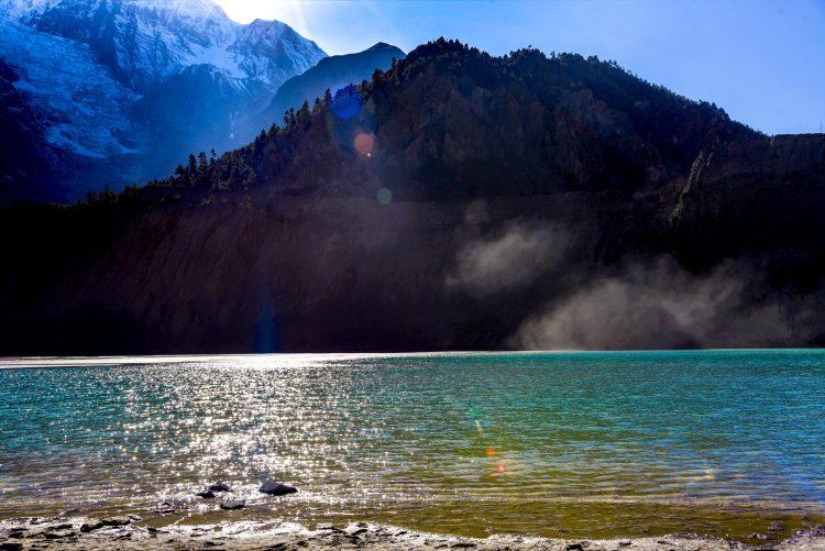 Lacul glaciarului Gangapurna în razele soarelui, Annapurna