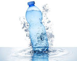 bere acqua bottiglia