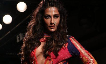 Chitrangada Singh, showstopper, Neha Agarwal, Lakme Fashion Week 2017