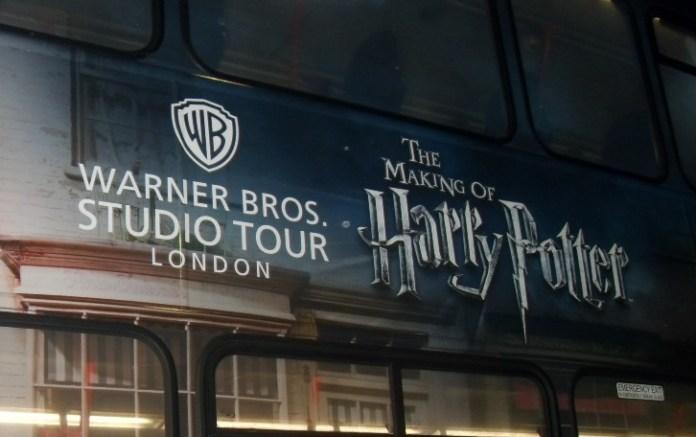 Ônibus que leva aos estúdios da Warner Bros. em Leavesden.