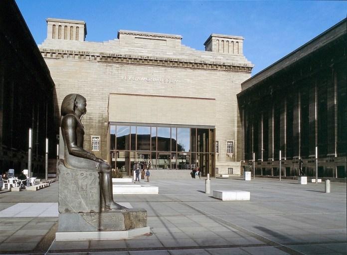 Entrada do Pergamon, na Ilha dos Museus, em Berlim
