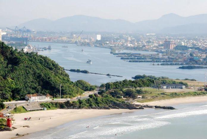 Praia do Atalaia e ao fundo Porto de Itajaí
