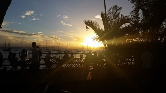 Vista do deck e do pôr-do-sol no restaurante Chão Batido, em Santo Antônio de Lisboa