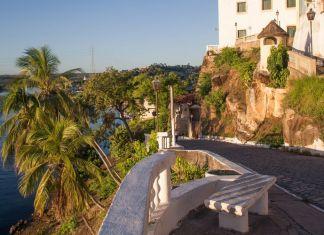 Vista do Forte da Rocheira com coqueiros e rio São Francisco
