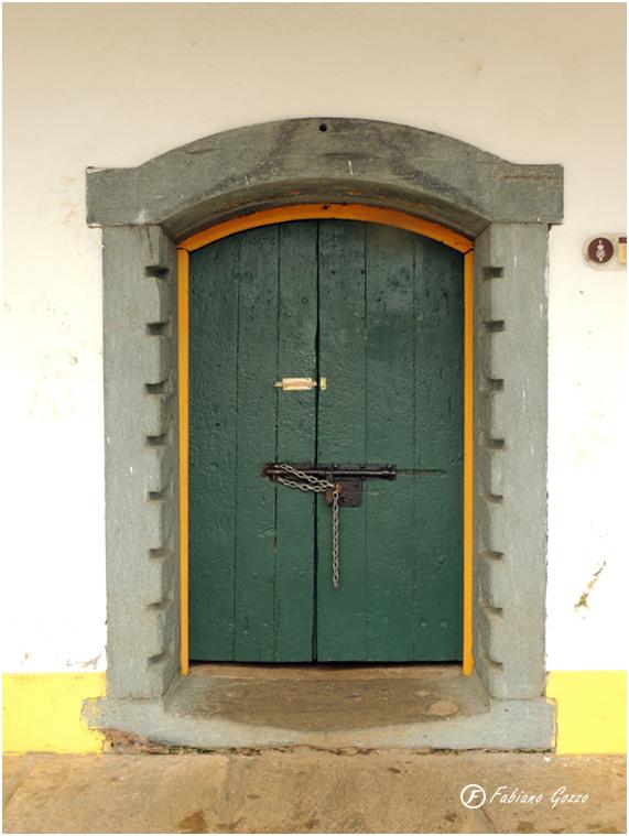 Porta da prisão em Mariana