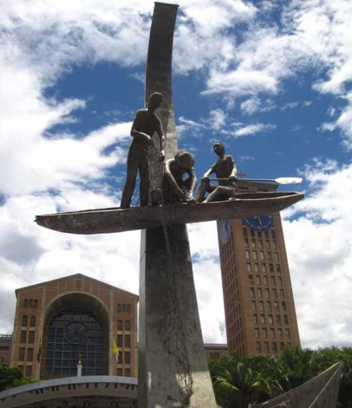Estátua que se remete à história da santa padroeira do Brasil e à história da cidade de Aparecida