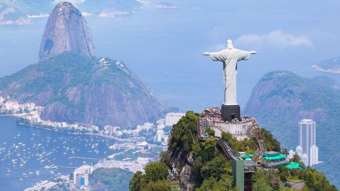Vista aérea do Rio de Janeiro com Cristo Redentor e Corcovado.