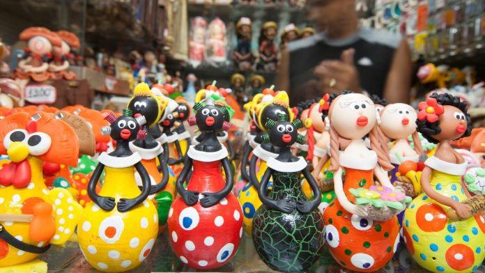 Bonecas artesanais à venda no mercado do artesanato de Pajuçara.