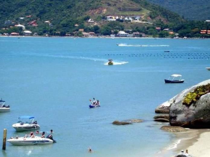 Prática de esportes náuticos em Ilha de Porto Belo em Santa Catarina