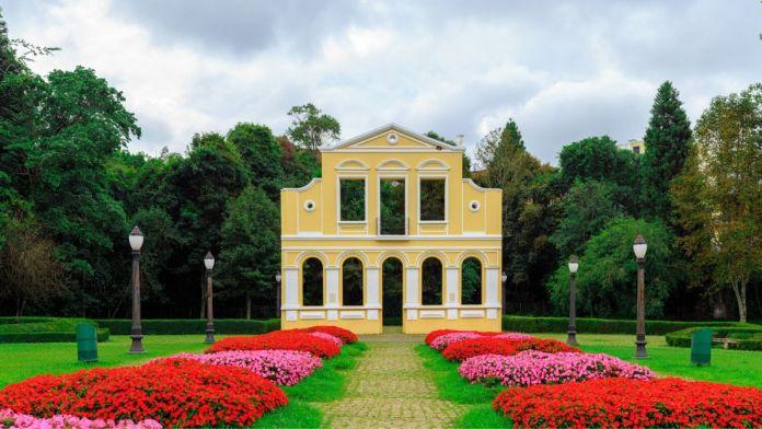 Portal do Bosque do Alemão, flores e jardim colorido em Curitiba.