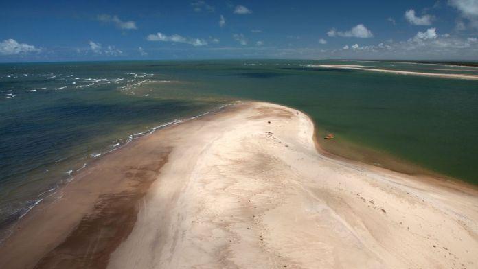 Vista aérea do encontro do rio São Francisco com o Oceano Atlântico, na Praia do Peba - Piaçabuçu, Alagoas.