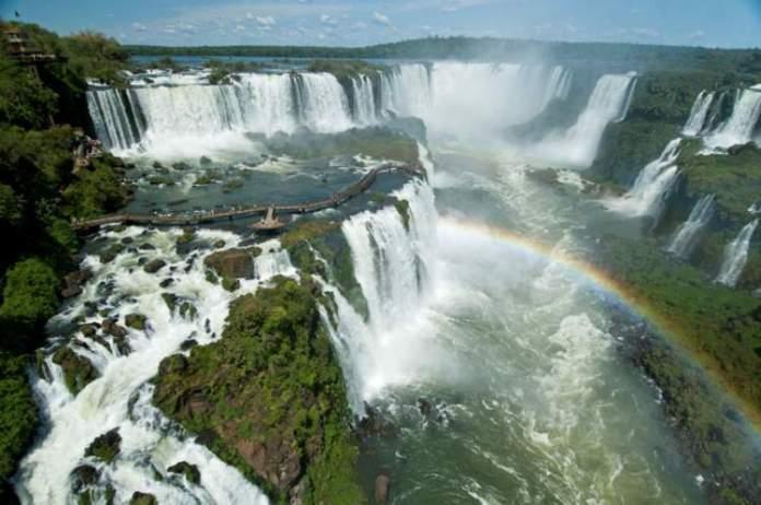 Cataratas do Iguaçu (Brasil e Argentina) é um dos destinos surreais na América Latina