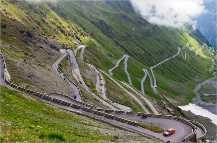 Passo Del Stelvio, Alpes, Itália é uma das estradas maravilhosas