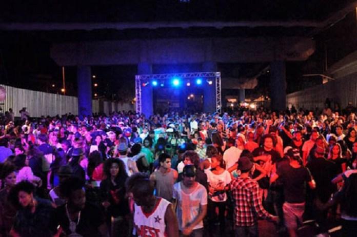 Baile Charme no Viaduto de Madureira é uma das dicas de o que fazer a noite no Rio de Janeiro