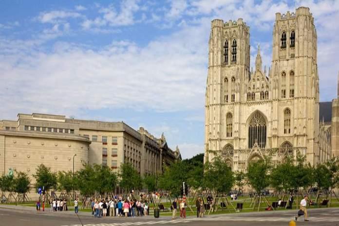 Conhecer a Cathédrale de Saints Michel et Gudule é uma das dicas de o que fazer em Bruxelas