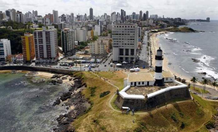 Conhecer o Farol da Barra é uma dica de o que fazer em Salvador