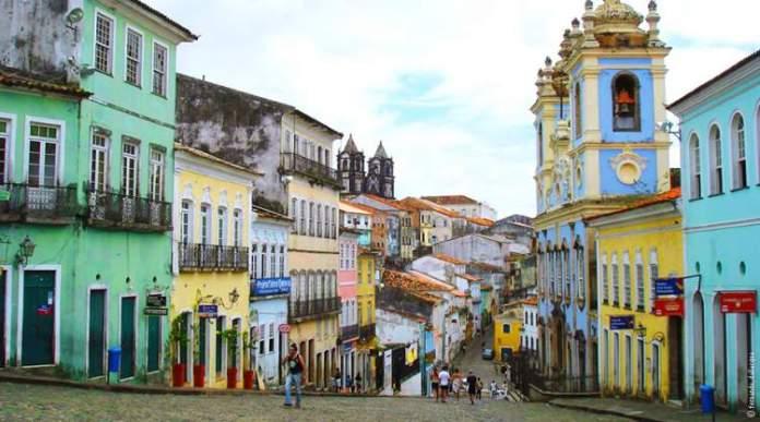 Conhecer o Pelourinho é uma dica de o que fazer em Salvador