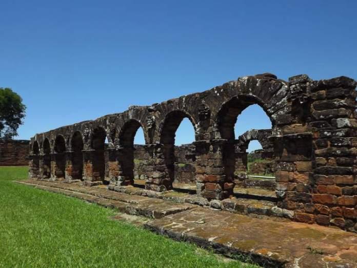 conhecer as Ruínas de Missões Jesuíticas é uma das dicas de o que fazer no Paraguai