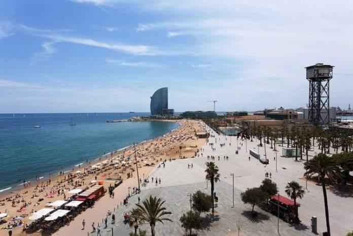 Visitar a Praia Barceloneta é uma das dicas de o que fazer em Barcelona