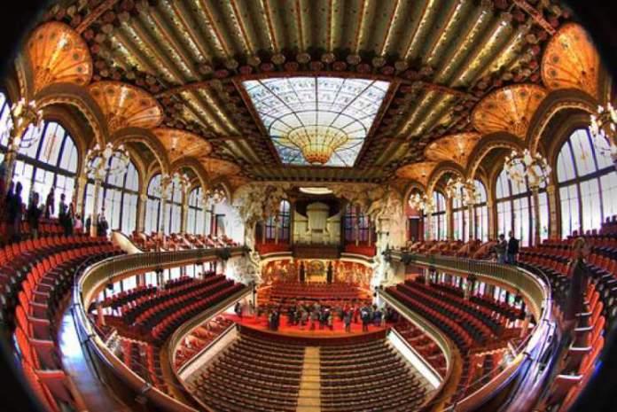 Visitar o Palácio da Música Catalã é uma das dicas de o que fazer em Barcelona