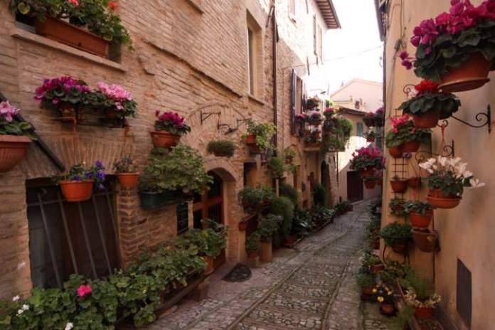 Spello na Itália é um dos lugares que possui as mais belas ruas floridas do mundo