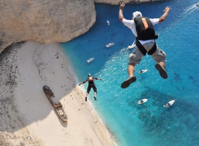 Salto Praia de Navagio em Zakynthos a ilha grega com a praia mais bonita do mundo