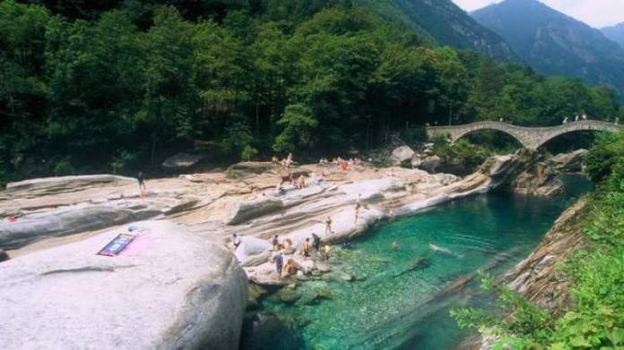 Valle Verzasca é um dos lugares na Suíça com paisagens deslumbrantes