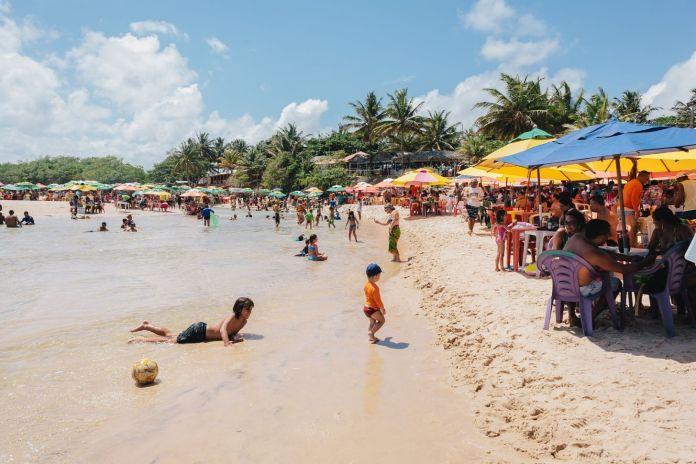 Pitimbu, Paraíba, Brasil - Praia Bela, atração turística no Brasil famosa pela existência do rio onde os banhistas se divertem - [Crédito de atribuição editorial: Kleber Cordeiro / Shutterstock.com]