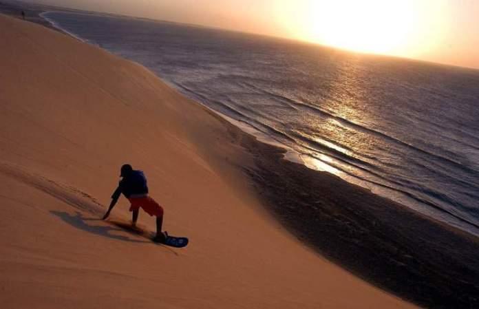 Praticar Sandboard é uma das dicas de o que fazer em Jericoacoara