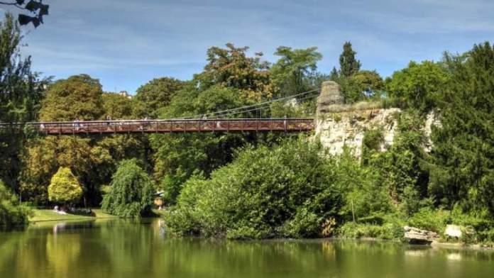 Parque Buttes Chaumont é uma das Atrações Gratuitas em Paris