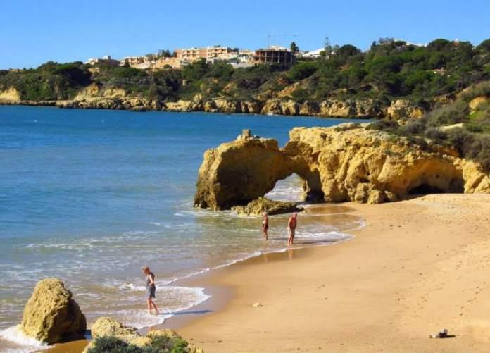 Praia da Oura é uma das praias mais lindas de Albufeira em Portugal