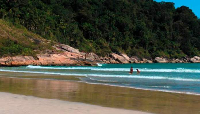 Praia do Guaiúba é uma das melhores praias do Guarujá