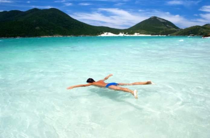 Arraial do Cabo no Rio de Janeiro é um dos lugares com águas cristalinas no Brasil
