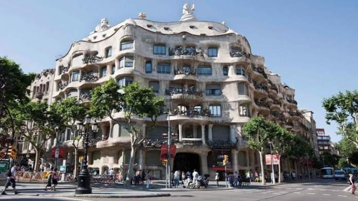 Caminhar pela Avenida Passeig de Grácia é uma das dicas para quem vai viajar a Barcelona