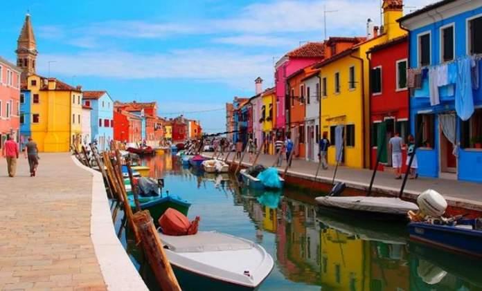 Conhecer Burano é uma das dicas para quem vai viajar a Veneza