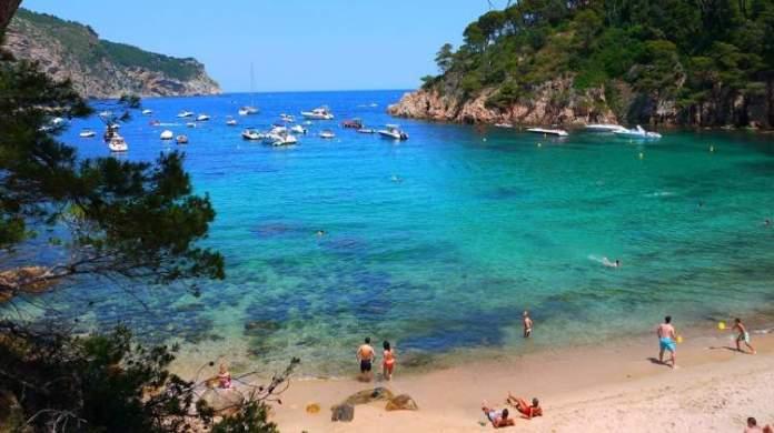 Conhecer as praias com topless e nudismo é uma das dicas para quem vai viajar a Barcelona