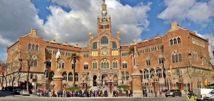 Hospital Santa Cruz é uma das atrações gratuitas em Barcelona