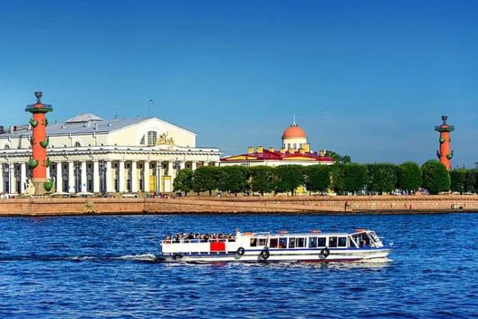 Strelka é uma das atrações gratuitas em São Petersburgo