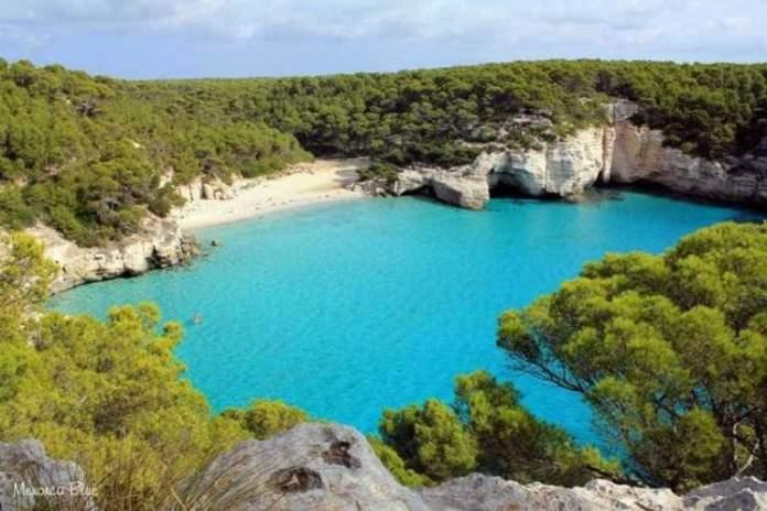 Cala Mitjana é uma das praias de Menorca na Espanha