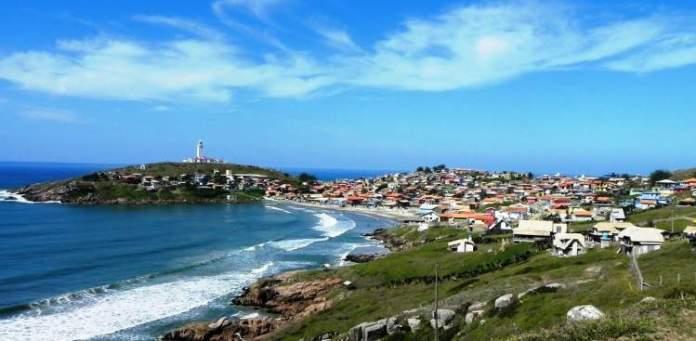 Farol de Santa Marta é um dos destinos com praia para quem ama se exercitar
