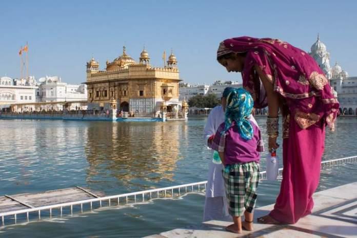 Templo dourado de Amritsar na Índia