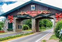 Portal da entrada de Gramado enfeitado para o Natal Luz