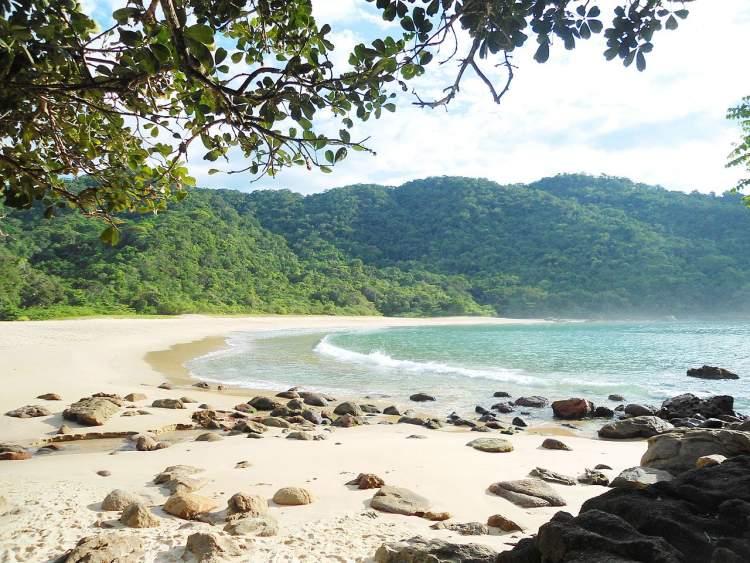 Praia Brava em Paraty é uma das praias brasileiras que valem a pena visitar