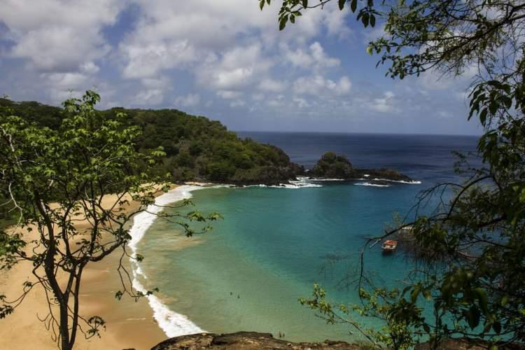 Praia do Sancho em Fernando de Noronha é uma das praias brasileiras que valem a pena visitar