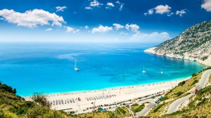 Praia de Myrtos na ilha de Kefalonia na Grécia